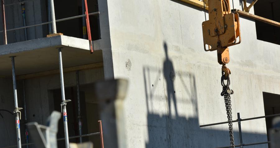Silhouette sur mur béton dans chantier