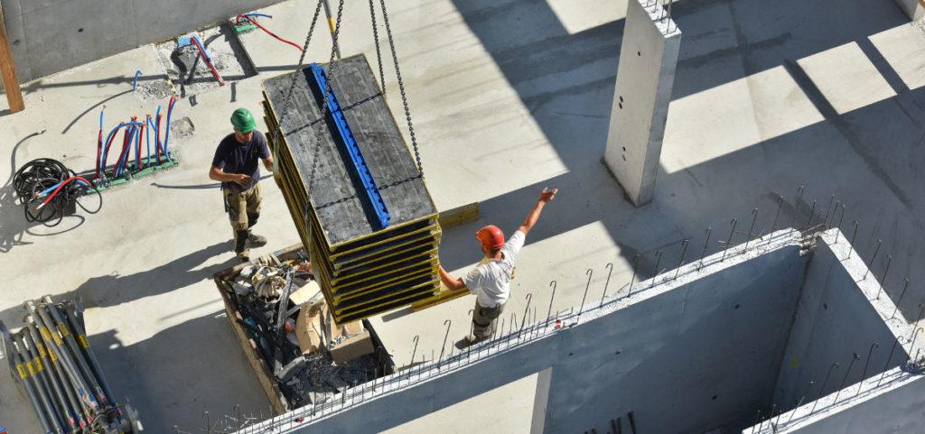 Deux ouvriers sur le chantier