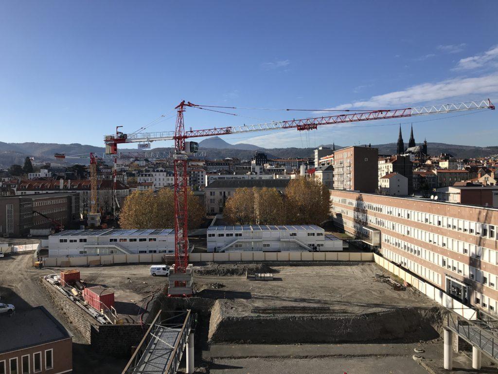 Grue avec vue sur la chaîne des Puys - Chantier de la cité scolaire Blaise Pascal à Clermont-Ferrand par CDR Construction