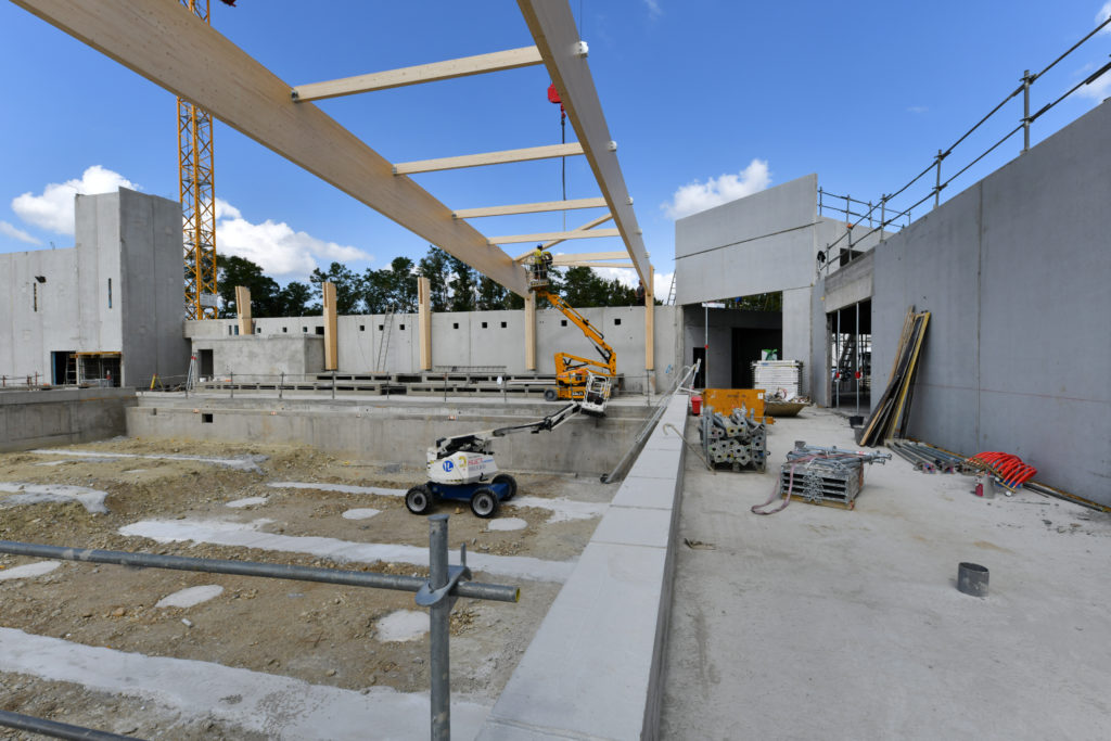 Pose de la charpente sur le chantier du centre aquatique communautaire de Thiers Dore et Montagne (CDR Construction)